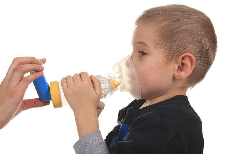 ילד עם משאף אסטמה